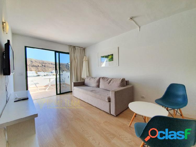 Apartamento con una terraza soleada, vistas laterales al mar y piscina comunitaria