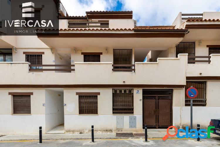 Ático en urbanización con zonas comunes y piscina, 109 m2, 3 dormitorios, un baño, terraza.