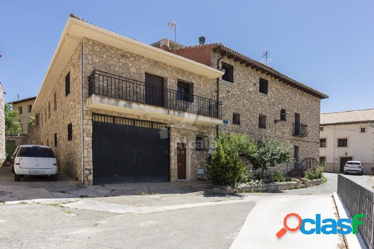 Casa de esquina recién reformada de 8 habitaciones en valdarachas