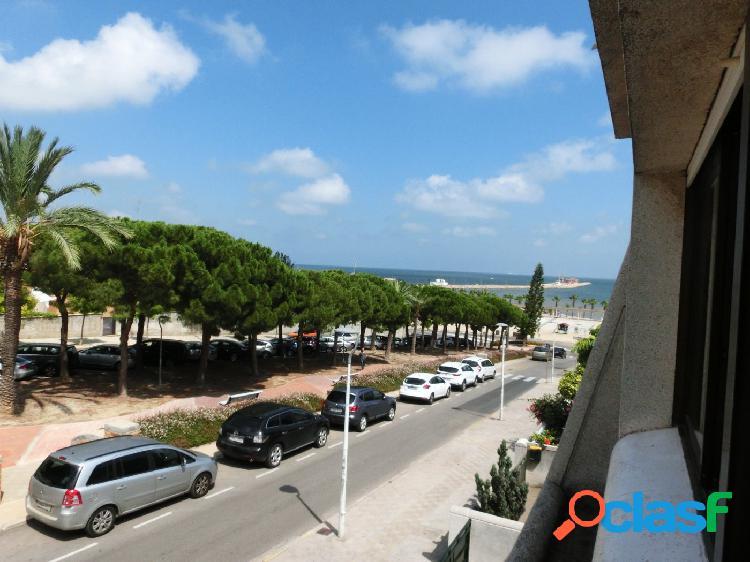 Chalet adosado, 120 m2, con 3 dormitorios dobles. a 100 m del paseo y playas
