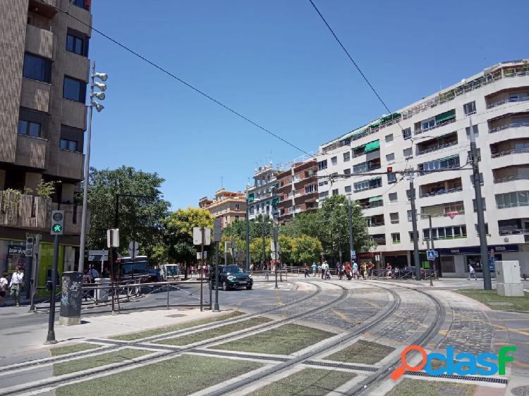 Local comercial en Granada (La Caleta)con amplias oficinas junto Juzgados