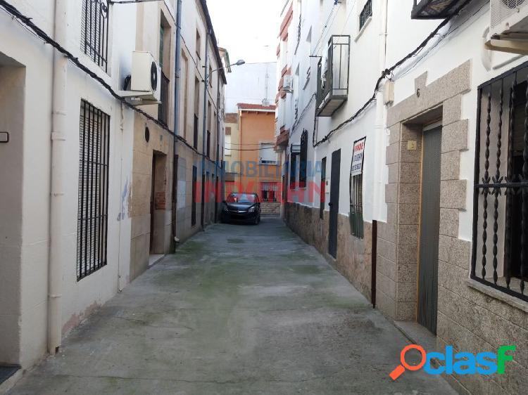 Casa muy céntrica, situado muy cerca del ayuntamiento, tiene 2 dormitorios y una superficie total de 66 m2 (navalmoral de la mata)