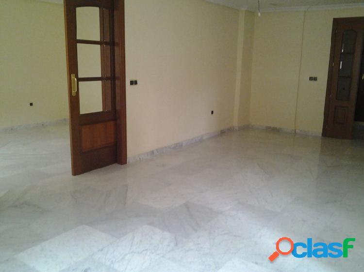 Amplio piso a estrenar en el centro, buenas calidades y plaza de garaje.
