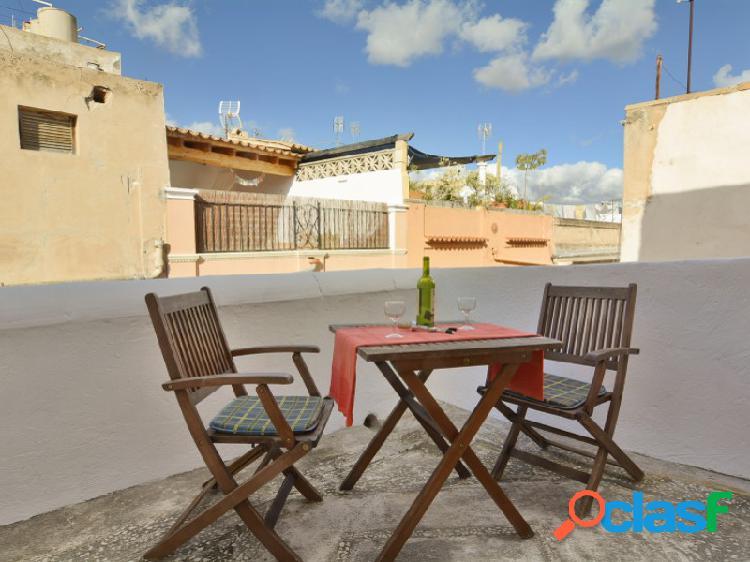 Mallorca next properties - se alquila próxima plaza cort un ático de 1 dormitorio con terraza, totalmente equipado.