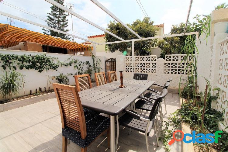 Bungalow planta baja con una enorme terraza y jardin