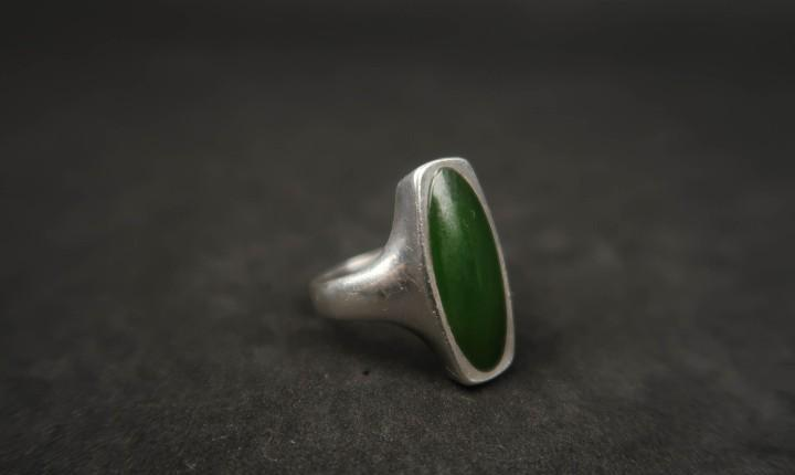Antiguo anillo de plata y piedra verde