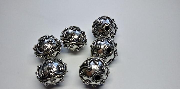 Bolas de fornitura con baño de plata.