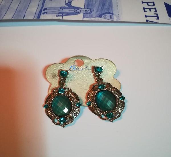 Pendientes metal plateado y piedra verde - azulada.