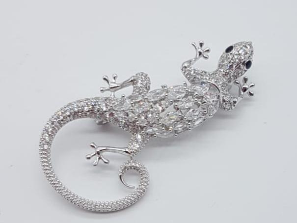 Elegante broche de lujo con acabado en oro blanco de 18k y