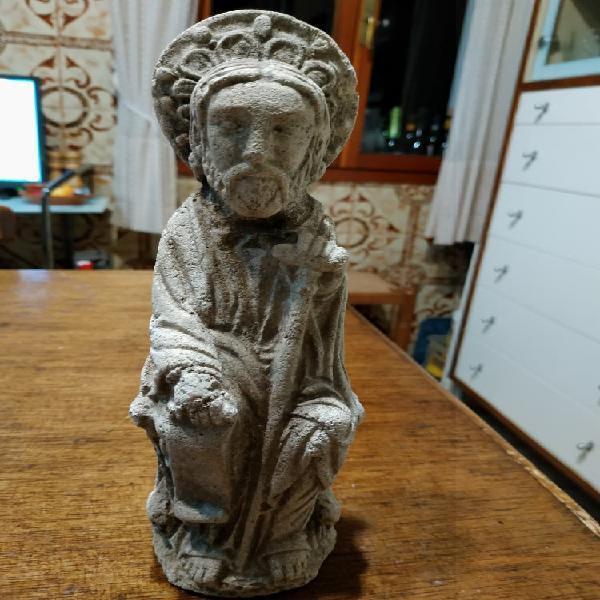 Estatua de piedra del Apóstol Santiago