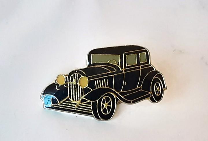 Pin coche antiguo negro