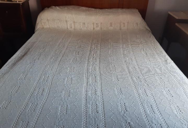 Antigua colcha de crochet hecha a mano con hilo muy fino.
