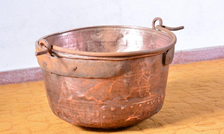 Gran caldera muy antigua realizada en cobre cincelado -