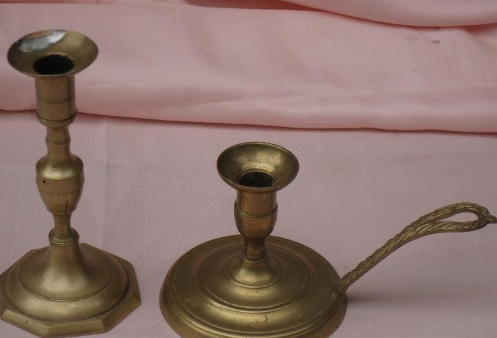 Lote de dos portavelas antiguos, en bronce.