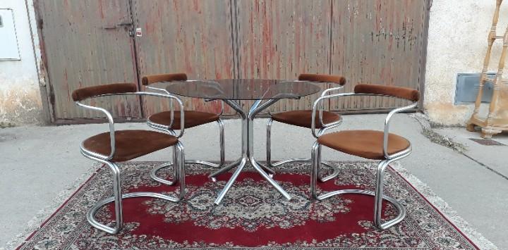 Mesa de metal de diseño antigua vintage con sus cuatro