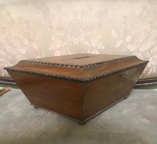Urna para votaciones de mitad del siglo xix de madera de