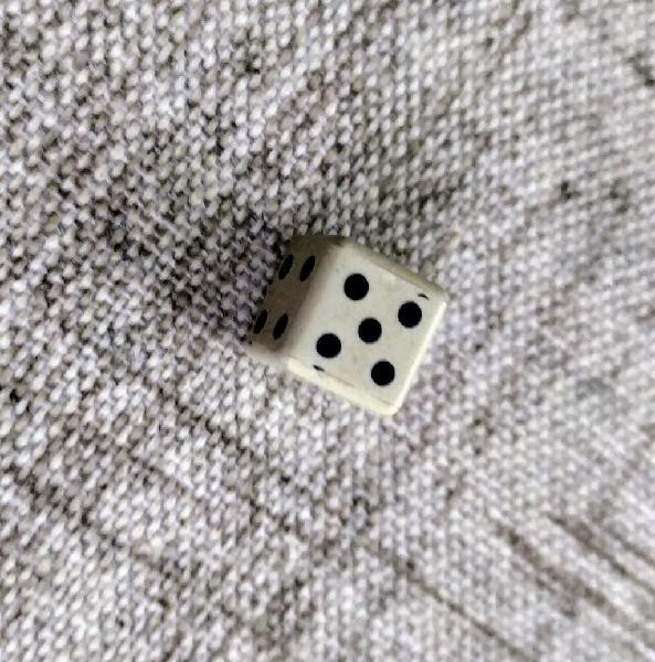 4 piezas de dados de 6 caras pequeños