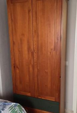 Armario de madera maciza en buen estado