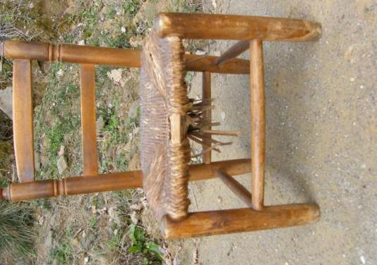 Silla pequeña de madera con asiento de enea