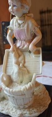Figura niña lavando ropa 24 cm