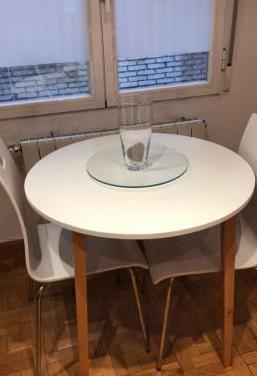 Mesa redonda, 2 sillas
