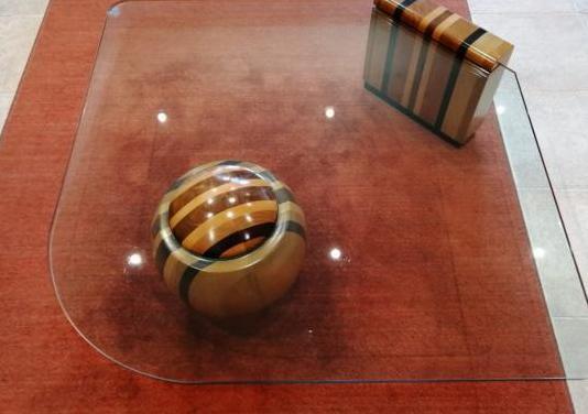 Mesa baja salon con alfombra