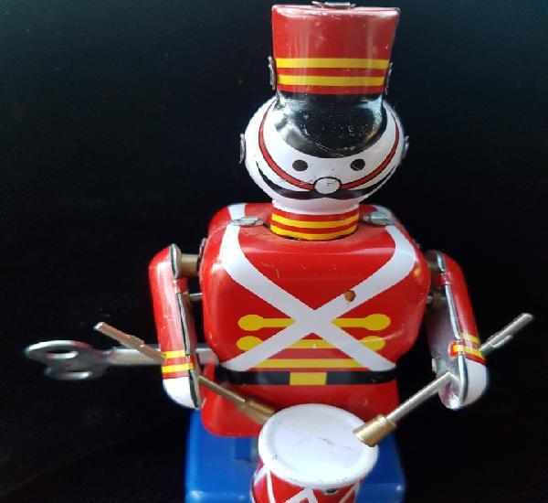 Bonito muñeco de hojalata de cuerda anda y toca el tambor