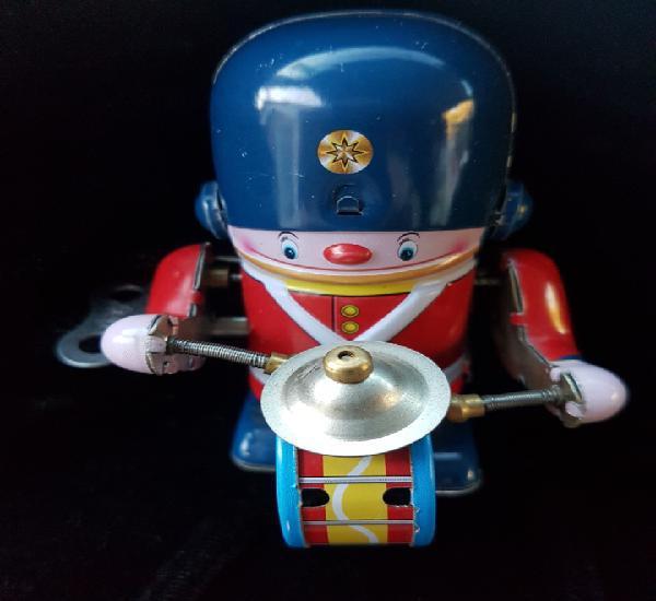 Bonito muñeco de hojalata toca el tambor y anda