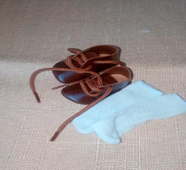 Lote,zapatos marrones y calcetines para kika o similar.