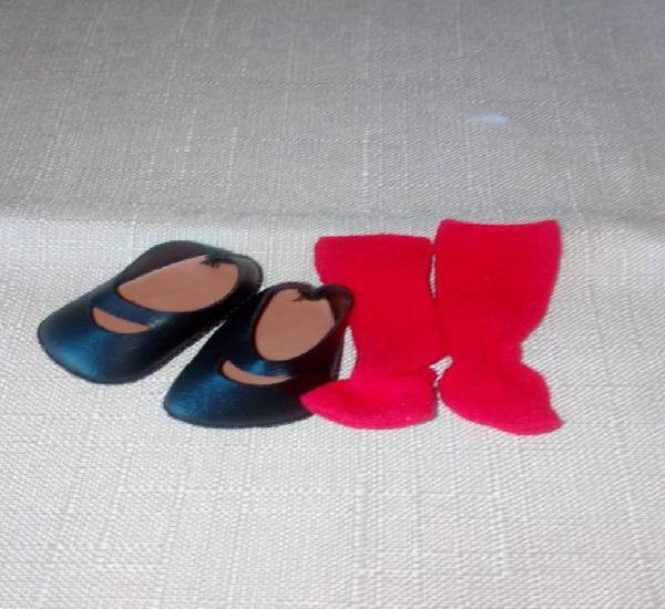 Lote zapatos negros y calcetines para kika o similar.