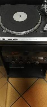 Tocadiscos, amplificador y mueble vieta