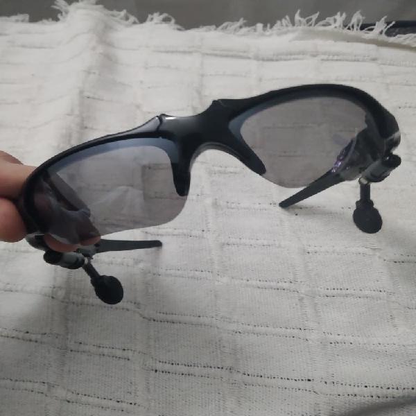 Gafas de sol para hacer deporte con auriculares.