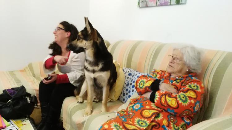 Chica para cuidar personas mayores