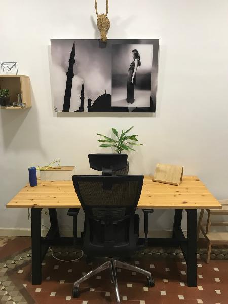 Mesa de madera y silla de oficina