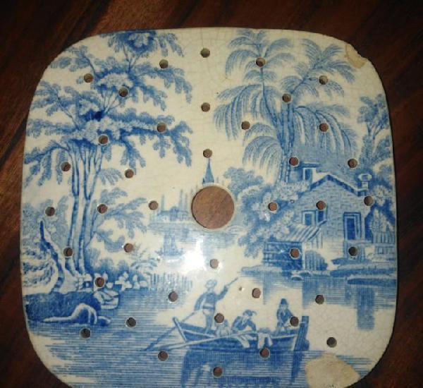 Antiguo salvamanteles de porcelana inglesa, siglo xix.