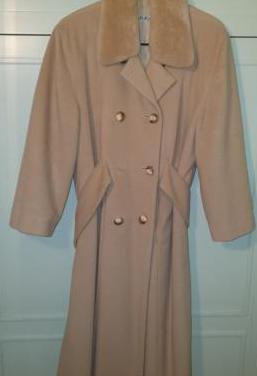 Abrigo largo de vestir beige con cinturón