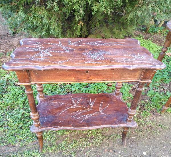 Costurero antiguo de madera de dos pisos con tapa decorado y