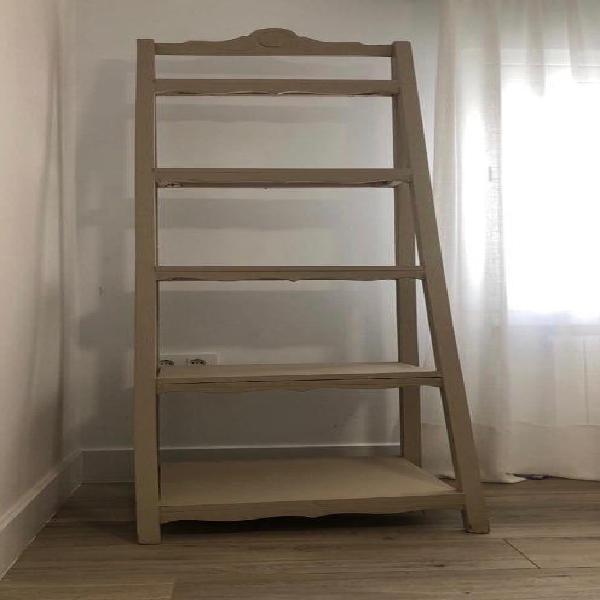 Estantería de madera maciza en escalera