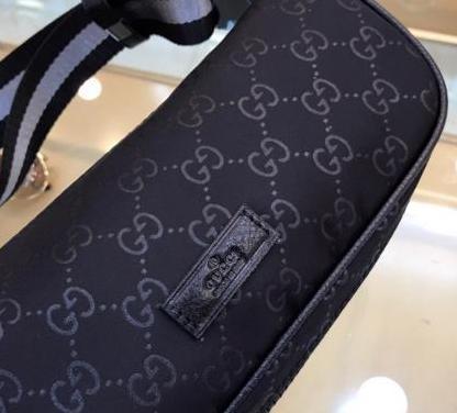 Gucci negra riñonera