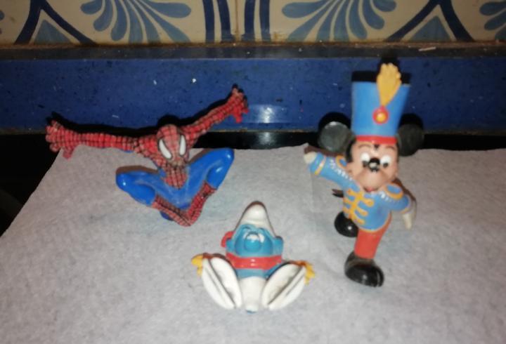 3 figuras de juguete de pvc mickey, pitufo, spiderman