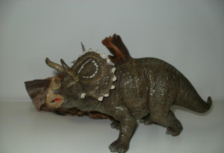 Figura dinosaurio triceratops
