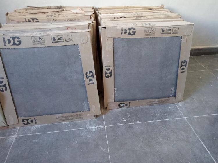 Se venden 18 cajas de gres de 45x45 en color gris