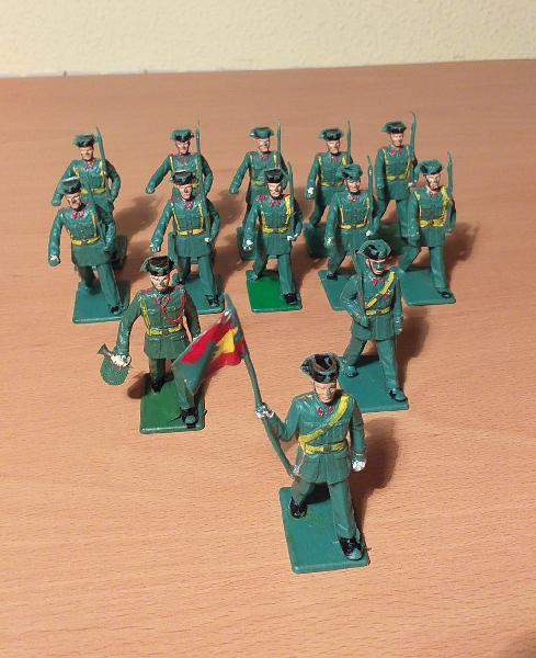 13 figuras desfile guardia civil años 60