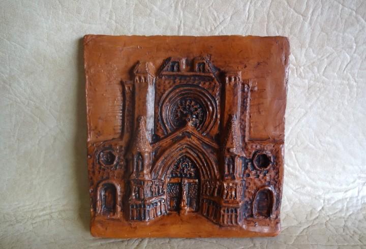 Antigua baldosa o azulejo relieve de la catedral de