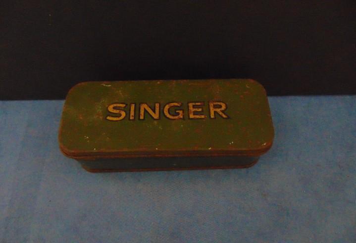 Antigua caja de chapa original singer con accesorios. 16 x 5