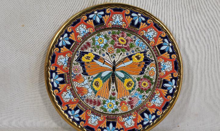 Antiguo plato de cerámica pintado a mano con esmaltes y oro