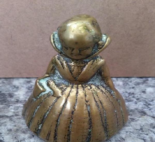 Bonita y muy antigua campanilla de una niña de epoca con su