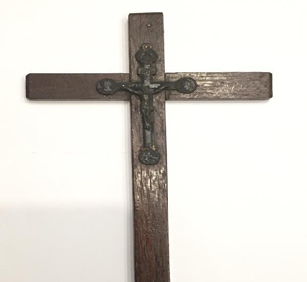 Cruz antigua de madera con cristo de metal