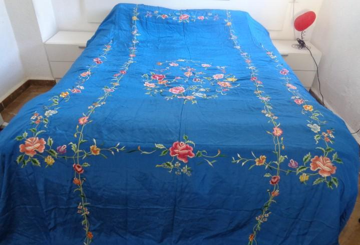 Espectacular gran colcha de seda color azul con precioso