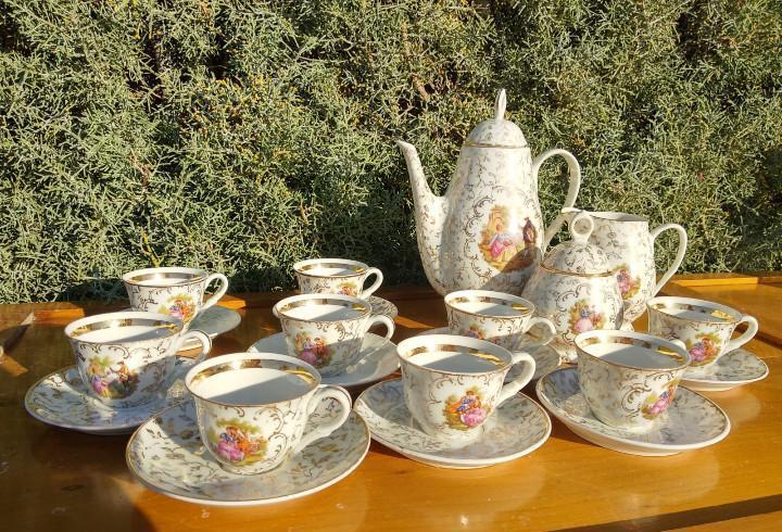Juego de café de porcelana c.p. limoges. decorado con oro y